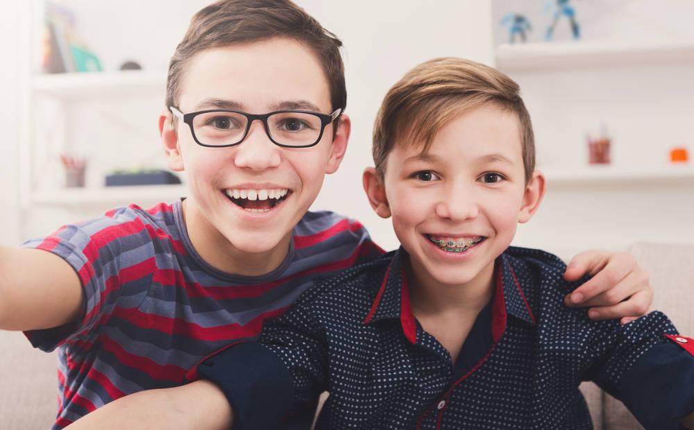 ¿Cómo se colocan los brackets en los niños?