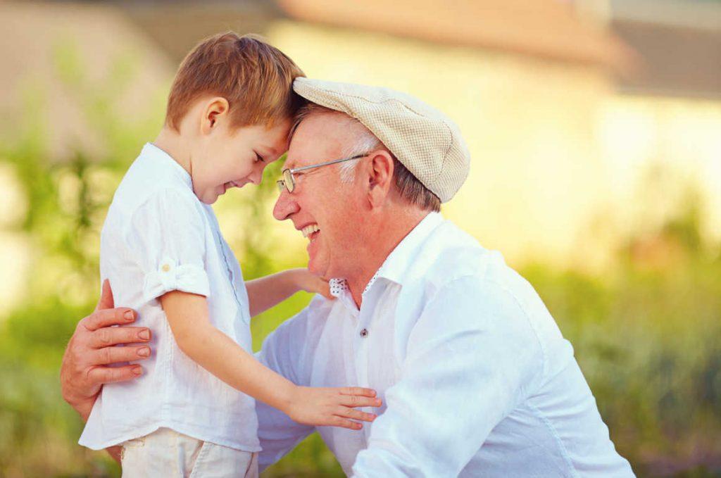 La relación entre nietos y abuelos es una bendición para unos y otros
